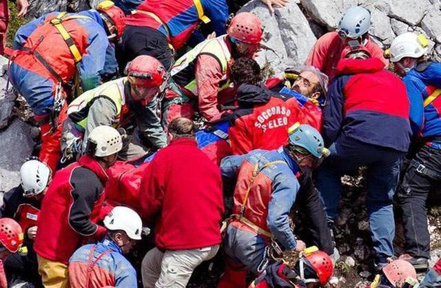 Lực lượng cứu hộ đưa nhà thám hiểm hang động Johann Westhauser ra khỏi hang và chuẩn bị đưa lên trực thăng tới bệnh viện. Ảnh: AP