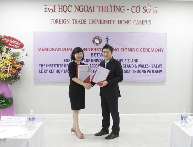 Bà Đặng Thị Mai Trang, Trưởng đại diện ICAEW tại Việt Nam và TS. Phạm Hùng Cường, trưởng ban QLKH-HTQT Đại học Ngoại thương - cơ sở II.