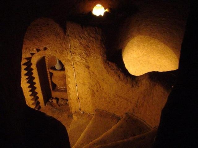 Căn hầm có một hệ thống cầu thang, hành lang dài