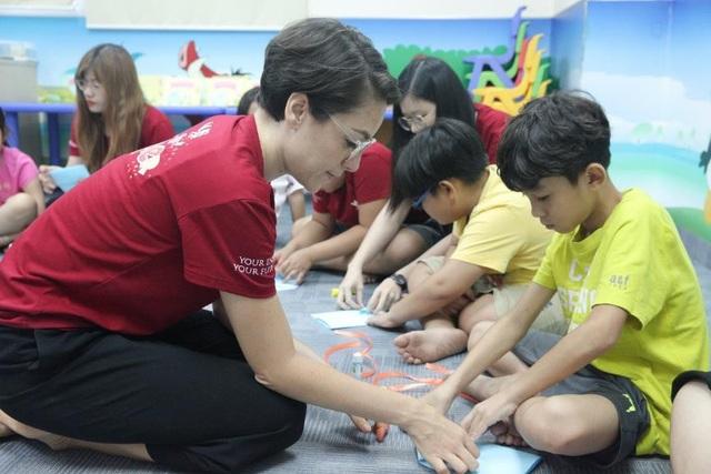 Bé vừa được học với giáo viên nước ngoài, vừa được học thông qua các trò chơi khám phá.