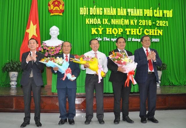 Lãnh đạo HĐND, UBND TP Cần Thơ tặng hoa chúc mừng các ông Mai Như Tòa, Nguyễn Văn Dũng và Nguyễn Tấn Dược