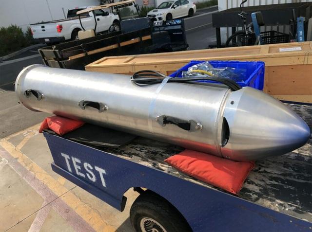 Tàu ngầm sử dụng hệ thống ống cấp oxy lỏng được lấy từ tên lửa đẩy Falcon. Nó đủ nhẹ để 2 thợ lặn mang theo, đủ nhỏ để luồn lách qua những khe hẹp, rất chắc chắn.