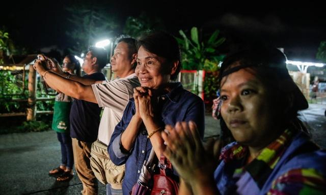 Phản ứng của người dân Thái Lan khi nhìn thấy xe cứu thương chở những người đầu tiên được giải cứu ra ngoài hang Tham Luang (Ảnh: Getty)