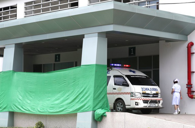 Các cầu thủ nhí sau khi rời hang được đưa tới bệnh viện Chiang Rai. (Ảnh: AFP)