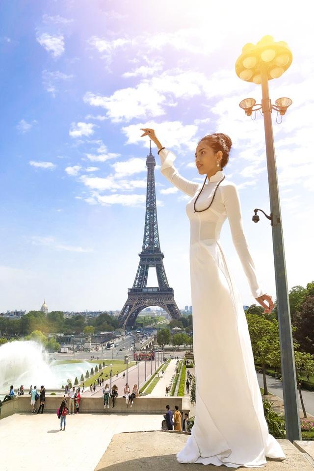 Trong chuyến đi đến Cannes 2018 mới đây, Trương Thị May cũng không quên mang theo tà áo dài trắng tinh khôi của phụ nữ Việt và diện bộ trang phục này khi đến thăm tháp Eiffel - kì quan nổi tiếng của Pháp.