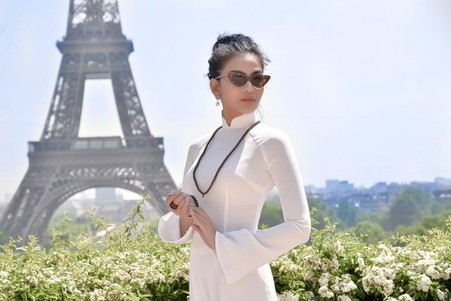 Trương Thị May trông thời thượng, mang dáng dấp quý cô thành thị sang trọng nhưng vẫn không kém phần đằm thắm, dịu dàng trong những shoot ảnh ngẫu hứng với áo dài.