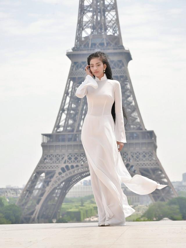 Thời gian gần đây dù liên tục gây bất ngờ cho khán giả với những màn lột xác hình ảnh ấn tượng, Trương Thị May vẫn gây thương nhớ với áo dài - trang phục truyền thống được mọi người đánh giá là phù hợp nhất với cô.