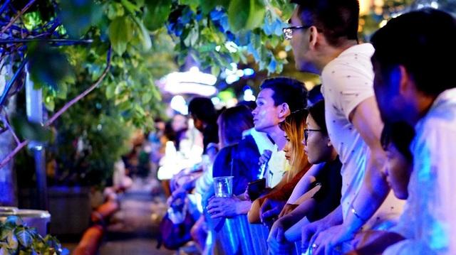 Tìm được một chỗ đứng trong phố đi bộ Nguyễn Huệ là một điều cực kỳ khó. Chính vì thế, cho dù đứng ở hàng rào, có chỗ nhìn qua hàng cây cũng là một sự may mắn