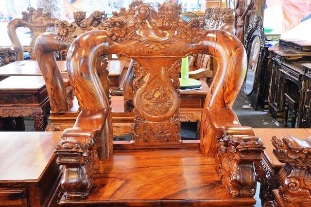 Gỗ cẩm lai là loại gỗ quý được ưa chuộng để làm đồ nội thất của nhiều gia đình khá giả.