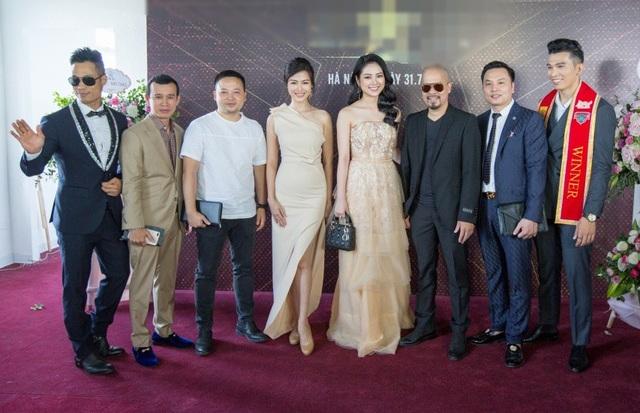 Ngoài ra 20 thí sinh tiềm năng được BGK tuyển chọn sẽ được tham gia biểu diễn tại 6 sàn diễn thời trang danh giá Quốc tế như: New York Couture fashion week, LA Fashion Week, Vancouver Fashion Week, Philippines Fashion Week, Dubai Fashion Week, Paris Fashion Week....