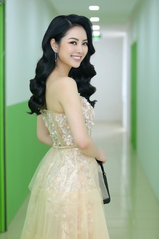 Hoa hậu các dân tộc Việt Nam Nguyễn Ngọc Anh nữ tính với váy quây đính đá và mái tóc bồng bềnh.