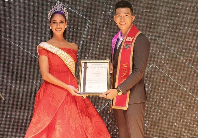 Cô đến Hà Nội để trao bản quyền cử đại diện tham dự cuộc thi Hoa hậu quốc tế Miss Global cho đại diện Ngọc Tình.