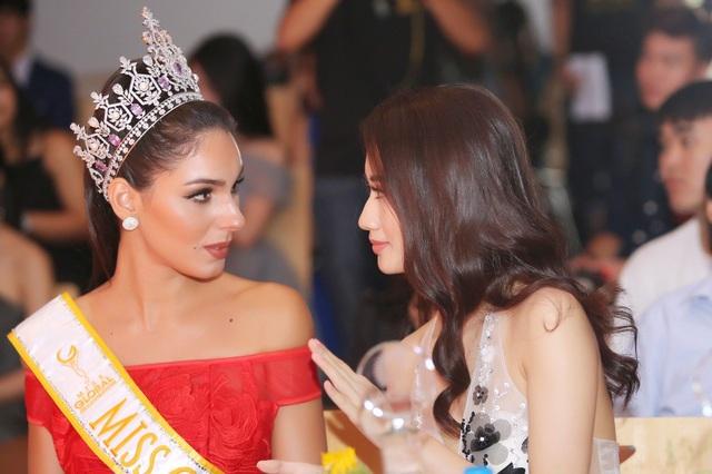 Người đẹp vui vẻ trò chuyện cùng Hoa hậu Thu Ngân.
