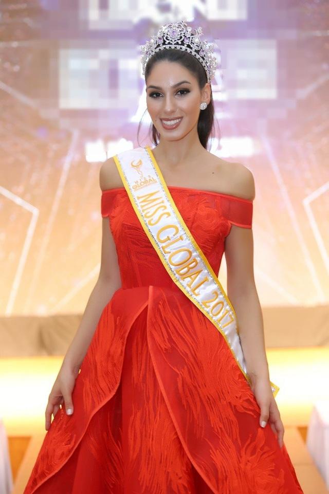 Sự xuất hiện của đương kim Miss Global - Barbara Vitorelli thu hút sự chú ý của các khách mời. Người đẹp đến từ Brazil, diện đầm đỏ rực rỡ.