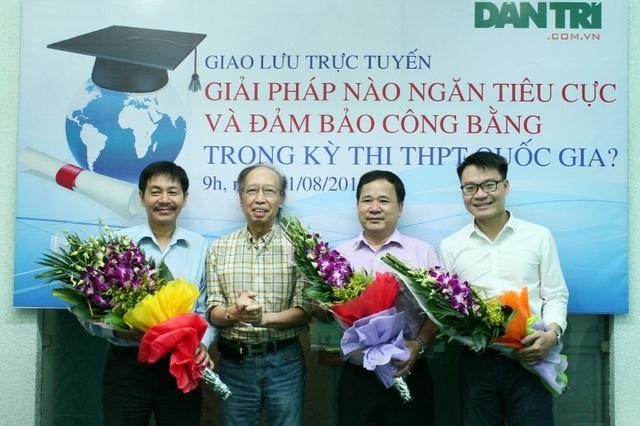 Tổng biên tập báo điện tử Dân trí Phạm Huy Hoàn (thứ hai từ trái sang) tặng hoa tới 3 khách mời tham gia buổi giao lưu.