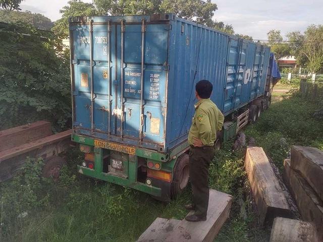 Xe ô tô kéo theo rơ-mooc chở khoảng 85 hộp gỗ