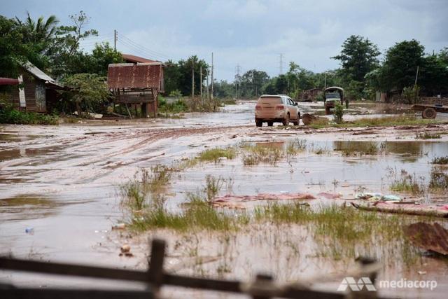 Bùn đất ngập khắp nơi sau vụ vỡ đập thủy điện Xe Pian Xe Namnoy. (Ảnh: Media Corp)