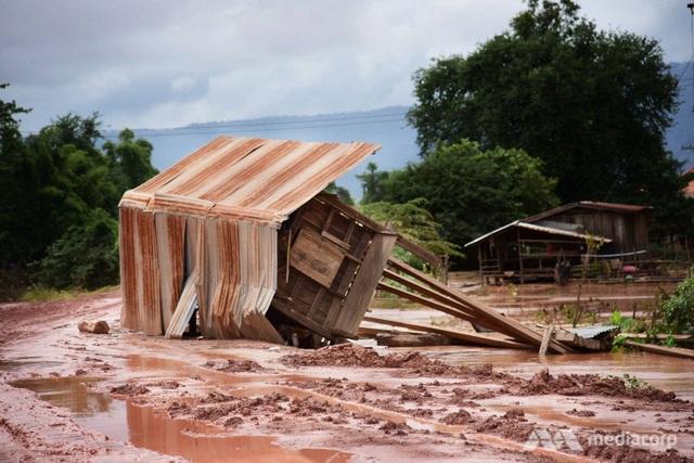 Nước lũ đã phá hủy nhiều nhà cửa ở hạ lưu sau vụ vỡ đập thủy điện Xe Pian Xe Namnoy. (Ảnh: Media Corp)