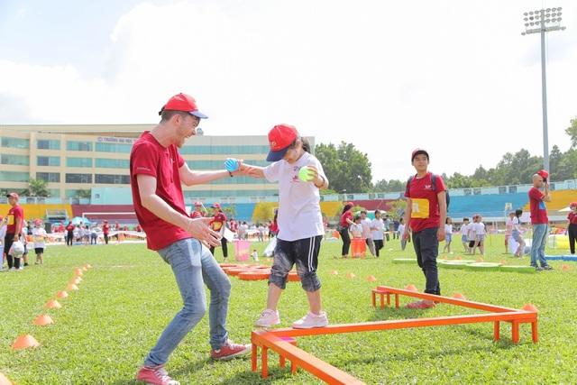Giáo viên nước ngoài luôn đồng hành và tương tác với các vận động viên nhí suốt trò chơi.