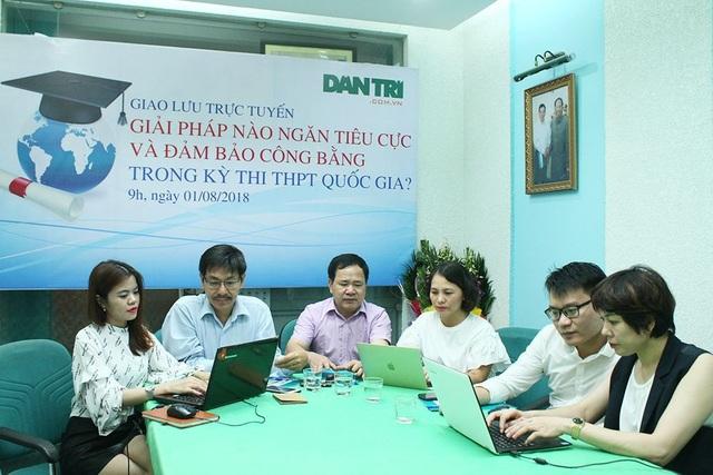 Toàn cảnh buổi giao lưu trực tuyến với chủ đề Giải pháp nào ngăn tiêu cực trong kỳ thi THPT quốc gia? tại tòa soạn báo điện tử Dân trí.