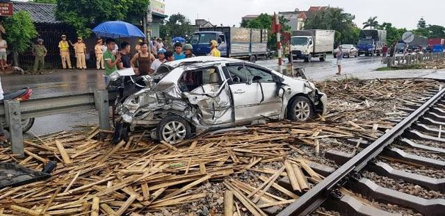 Hiện trường vụ tai nạn khiến 4 người ngồi trên xe ô tô con bị thương
