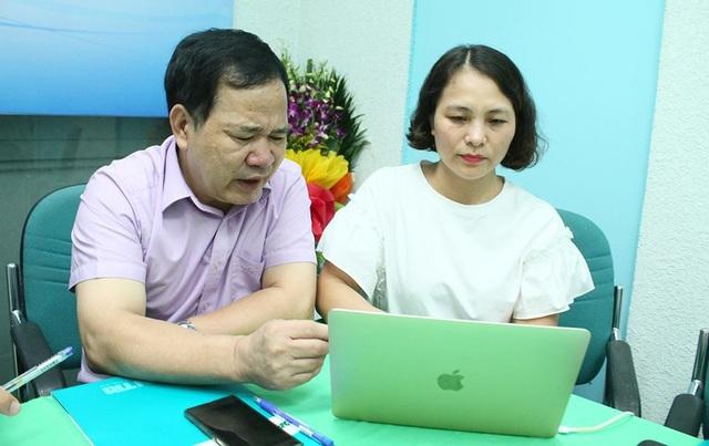 GS.TS Đinh Văn Sơn, Hiệu trưởng trường ĐH Thương Mại đang trả lời câu hỏi của bạn đọc báo điện tử Dân trí.