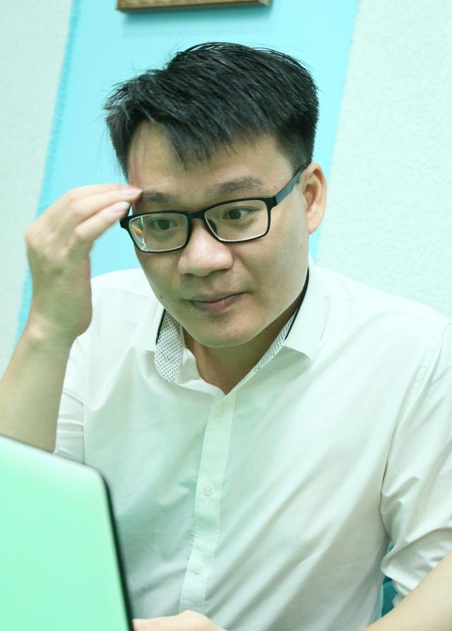 Thầy giáo Vũ Khắc Ngọc cân nhắc trước câu hỏi của bạn đọc báo điện tử Dân trí.