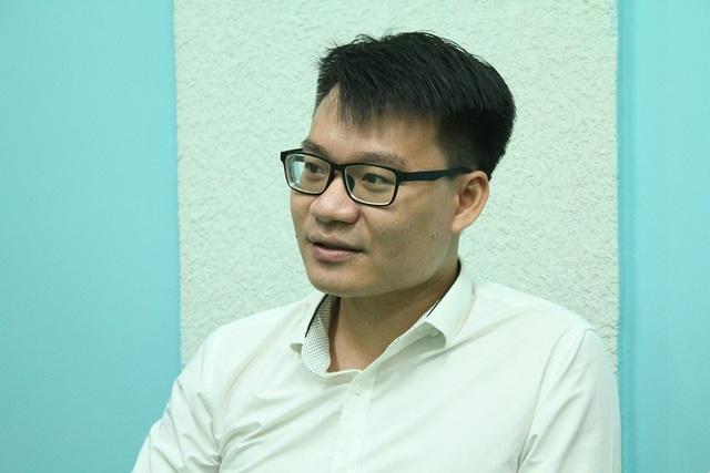 Thầy giáo Vũ Khắc Ngọc trong buổi giao lưu trực tuyến tại báo điện tử Dân trí.