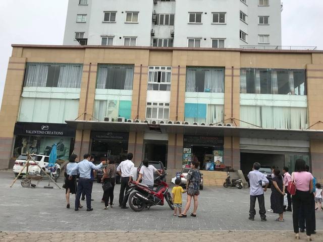 Nhiều người dân theo dõi vụ việc người phụ nữ rơi từ tòa nhà cao tầng Trung Đô.