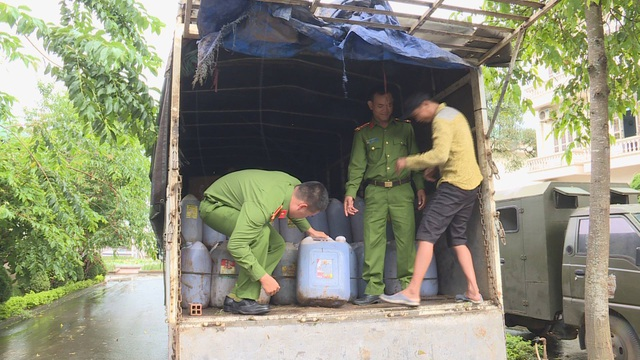 Hàng trăm lít dầu qua sử dụng được phát hiện