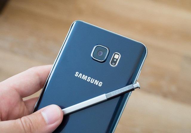 Samsung Galaxy Note5 với điểm nhấn là mặt sau bằng kim loại nguyên khối, được bo cong mềm mại.