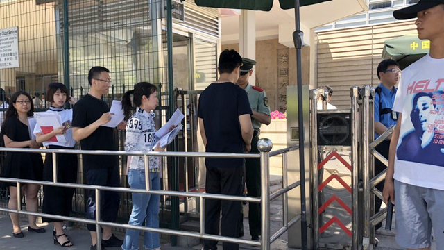 Dòng người xếp hàng trước cổng đại sứ quán Trung Quốc ở thủ đô Bắc Kinh (Ảnh: SCMP)
