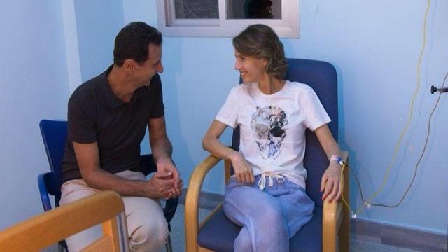 Tổng thống Assad ngồi cạnh vợ trong bệnh viện (Ảnh: RT)