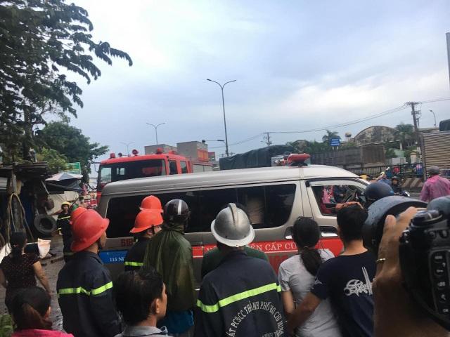 Thi thể nạn nhân được chuyển ra ngoài
