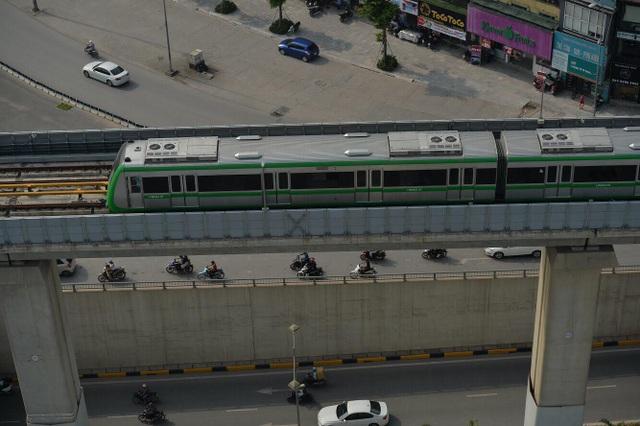 Tàu đường sắt Cát Linh - Hà Đông đang được chạy kiểm tra thiết bị, tín hiệu