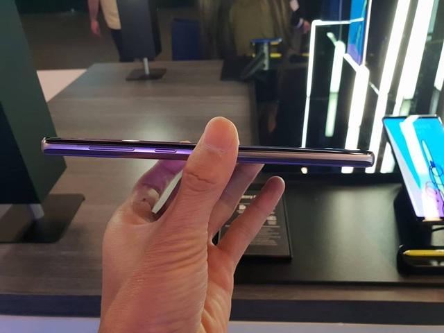 Cạnh bên được thiết kế bo tròn để cầm nắm sản phẩm được dễ hơn