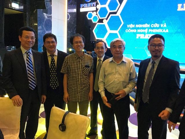 GS Đàm Thanh Sơn chụp ảnh cùng các đại biểu tham dự buổi lễ ra mắt