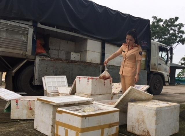 Theo đơn vị chức năng, thực phẩm đã bốc mùi ôi thiu trên đường ra Hà Nội tiêu thụ