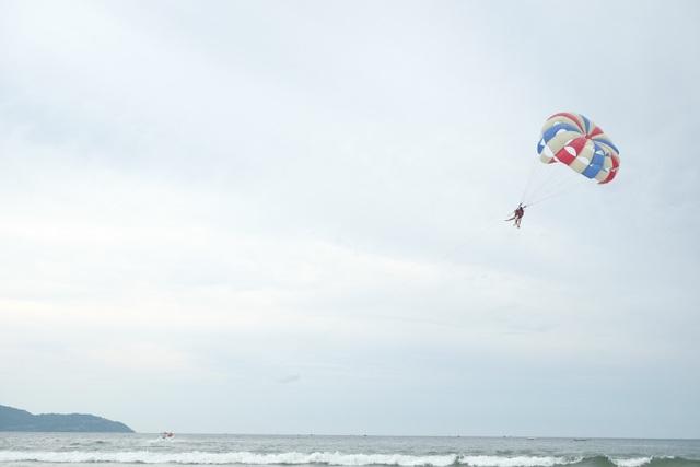 Du khách trải nghiệm các hoạt động thể thao, giải trí dưới nước ở các bãi tắm du lịch Đà Nẵng