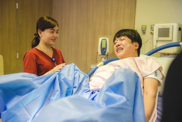 Tiếp đến là gia đình Song Giang, cả hai rất tự tin để sẵn sàng đẻ, thế nhưng khi trải nghiệm cảm giác đau cả hai lại không ngừng kêu la.