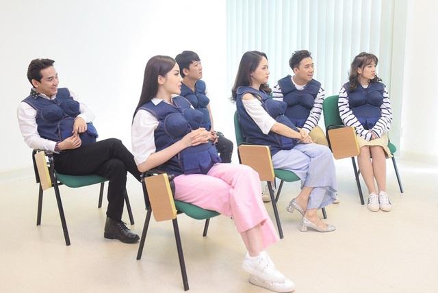 6 nghệ sĩ cùng gặp gỡ bác sĩ để nghe thông tin và xem hình ảnh về quá trình sinh con của phụ nữ bằng hai cách sinh thường và sinh mổ.