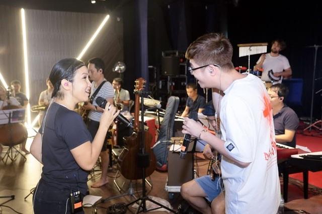 Mỹ Linh kết hợp đầy ăn ý cùng đàn em Bùi Anh Tuấn tại buổi tập luyện trước đêm diễn 11/8 tại Hà Nội.