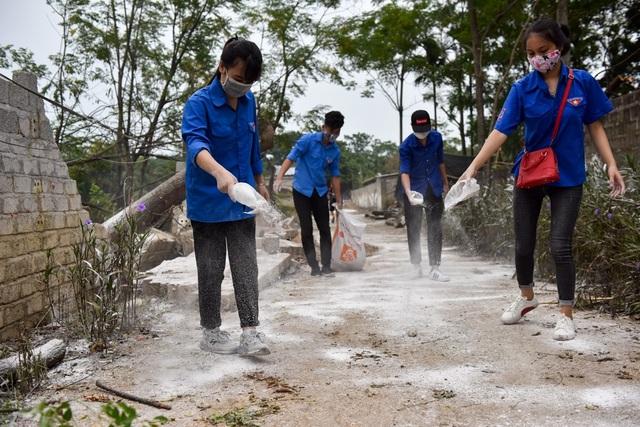 Các thanh niên tình nguyện Chương Mỹ tham gia vệ sinh môi trường.