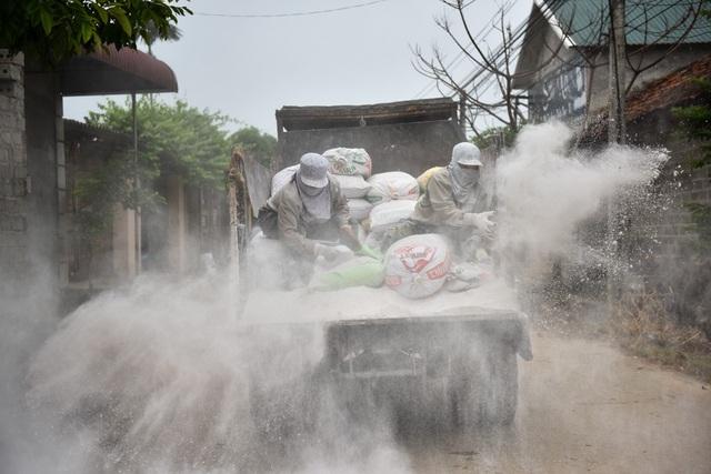 Dự kiến trong ngày 10/8, xã Nam Phương Tiến sẽ dùng tới 15 tấn vôi bột để vệ sinh, diệt khuẩn.