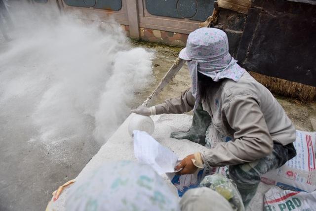 Vôi bột được rắc dọc các trục đường giao thông, các điểm công cộng. Người dân cũng có thể lây vôi bột do chính quyền chuẩn bị để vệ sinh ở nhà.