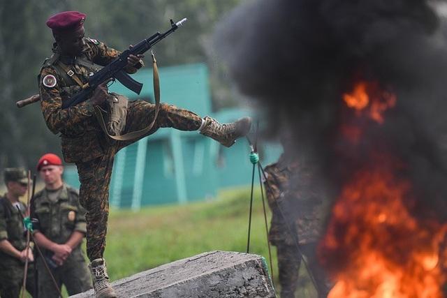 Binh sĩ thuộc Lực lượng vũ trang Sudan thể hiện sức mạnh trong phần thi dành cho các đơn vị trinh sát. (Ảnh: TASS)