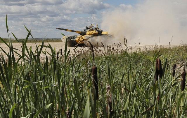 Đội Venezuela điều khiển xe tăng T-72 B3 trong cuộc đua xe tăng tại Nga. (Ảnh: TASS)