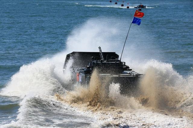 Xe chiến đấu bọc thép do đội Trung Quốc điều khiển thực hiện phần thi tấn công trên biển tại giải đấu quân sự 2018. (Ảnh: Reuters)