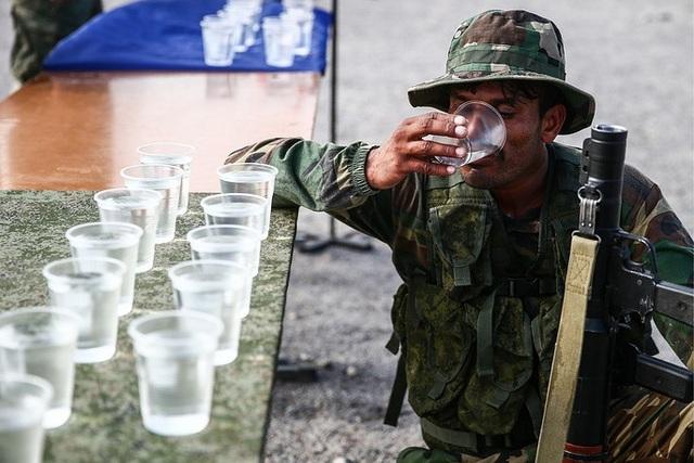 Một thành viên của đội Pakistan tham gia phần thi tiếp sức dành cho các đơn vị tấn công trên không với vũ khí hạng nhẹ. (Ảnh: TASS)