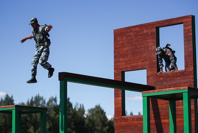 Các binh sĩ Trung Quốc vượt chướng ngại vật tại giải đấu quân sự. (Ảnh: TASS)